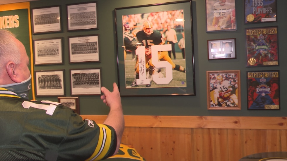Pat Suplicki points to his autographed photo of Bart Starr.