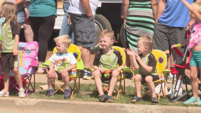 A parade draws thousands on the last day of the 116th Athens fair.